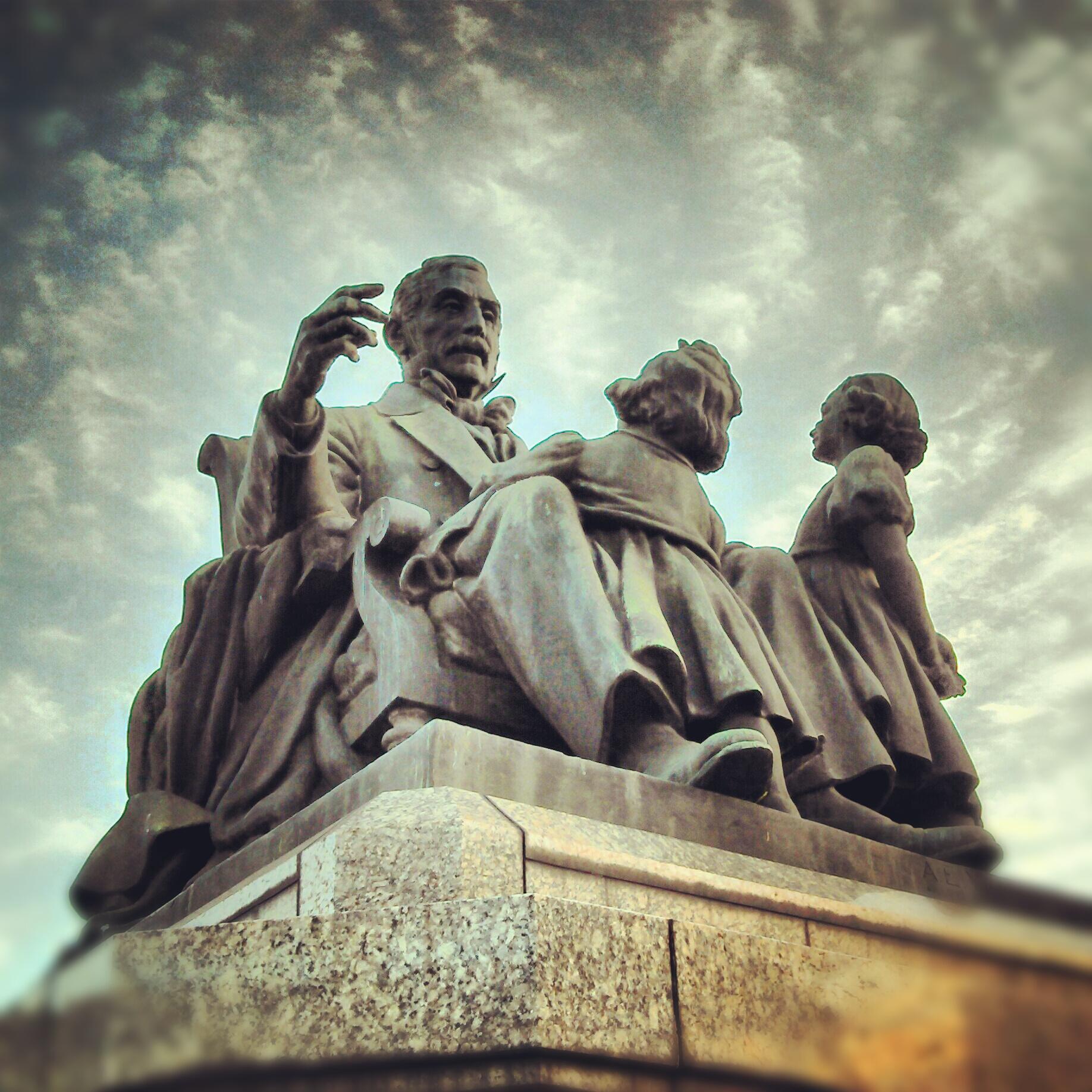 El abuelo inmortal - San Martín junto a sus dos nietas