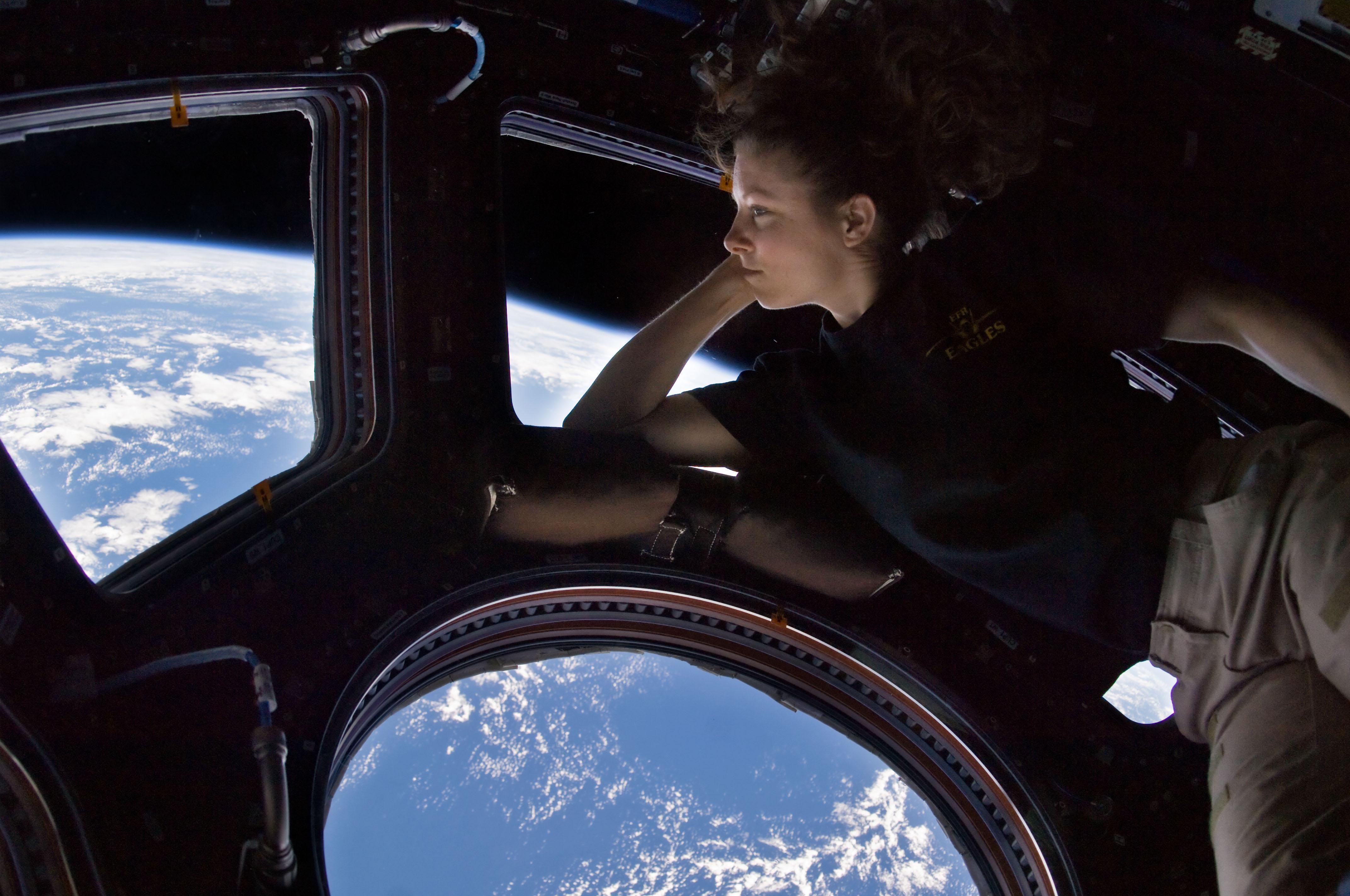 Aterrador impacto de basura en la cúpula de la Estación Espacial